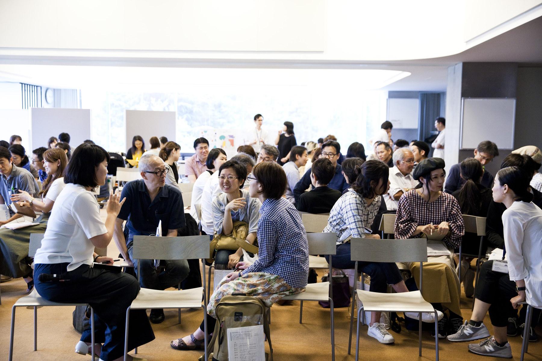 Artpoint Meetingには毎回70名以上の人が参加。東京アートポイント計画のスタッフも参加者やゲストと一緒になって対話する機会になるよう、企画している。